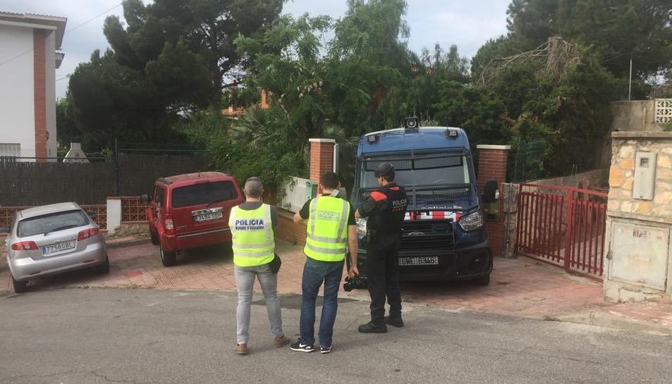 Els Mossos d'Esquadra realitzant una entrada en un domicili de Cala Romana durant l'operació policial d'aquest 28 de maig.