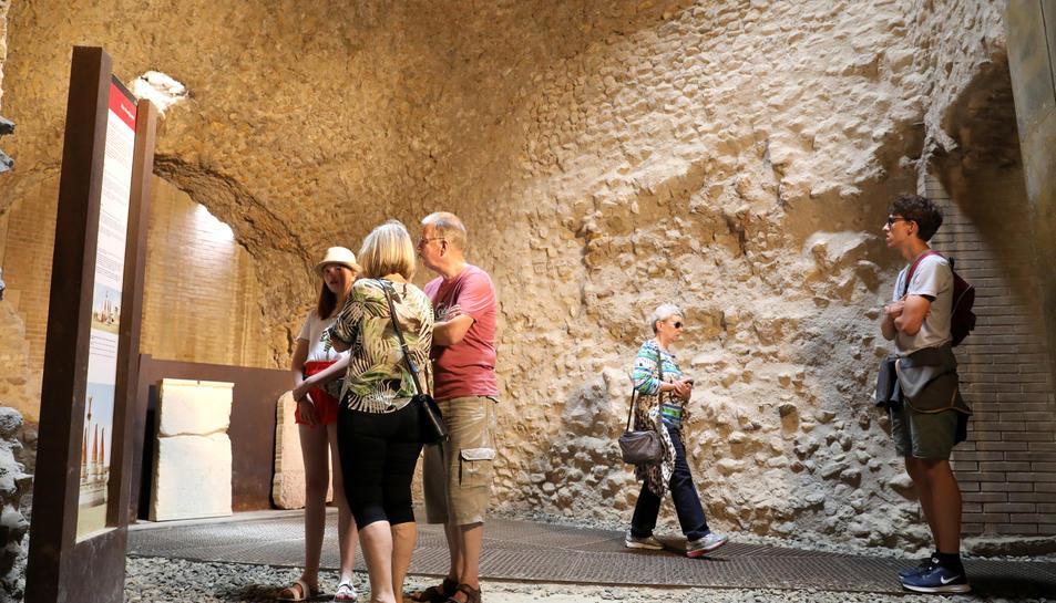 Un grup de turistes durant la visita a les restes del Pretori i el Circ, ahir al matí.