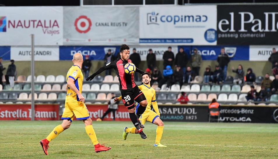Ledes pugna per una pilota en el duel de la primera volta, que va acabar amb empat a un gol.