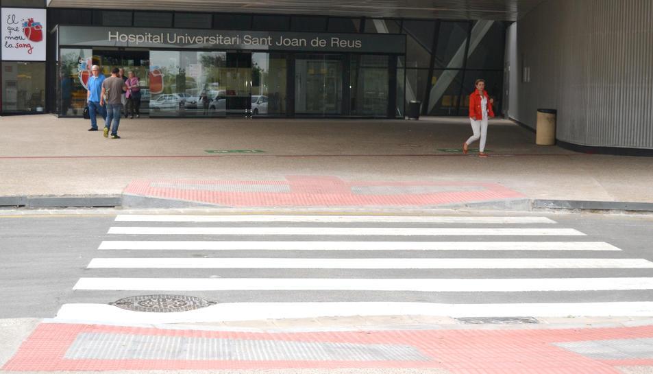 El pas adaptat dona resposta a les demandes dels usuaris de l'hospital amb mobilitat reduïda.