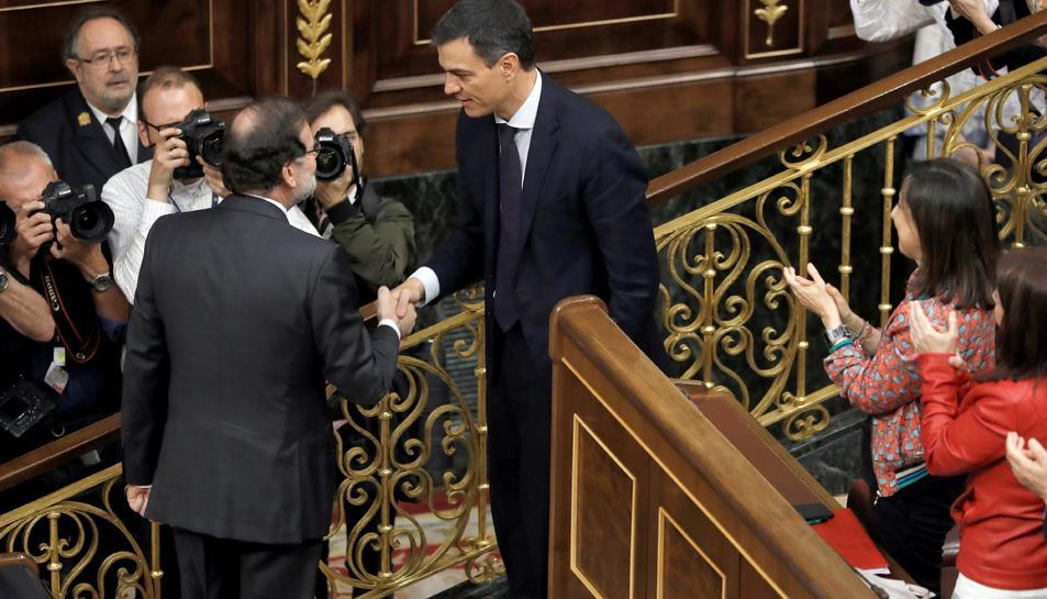 Pedro Sánchez i Mariano Rajoy en una encaixada de mans després del debat de la moció de censura.