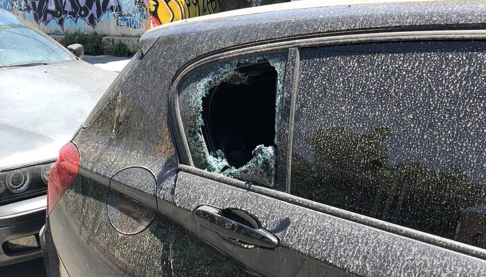 Imatge d'un dels cotxes amb els vidres trencats