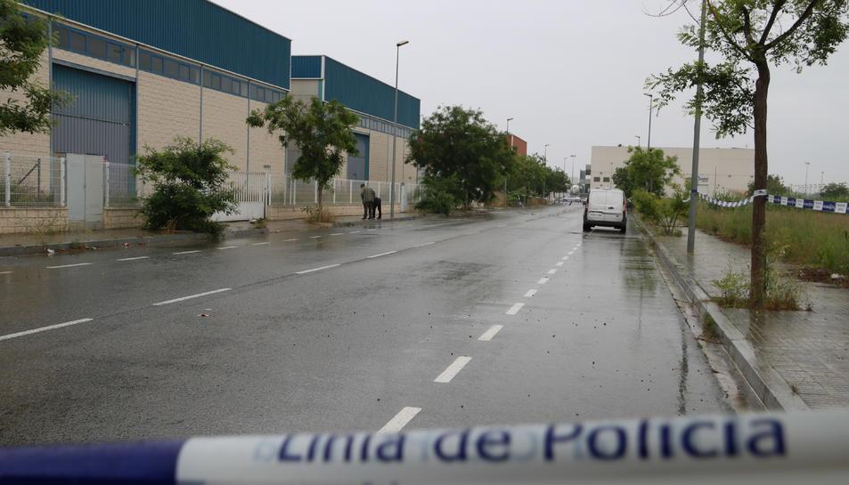 Dos agents dels Mossos d'Esquadra de paisà que investiguen la mort d'una dona al carrer dels Pelleters al polígon Alba de Reus/Vila-seca.