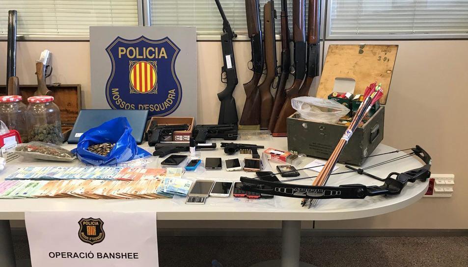 Els agents també van requisar armes de foc i diners en efectiu
