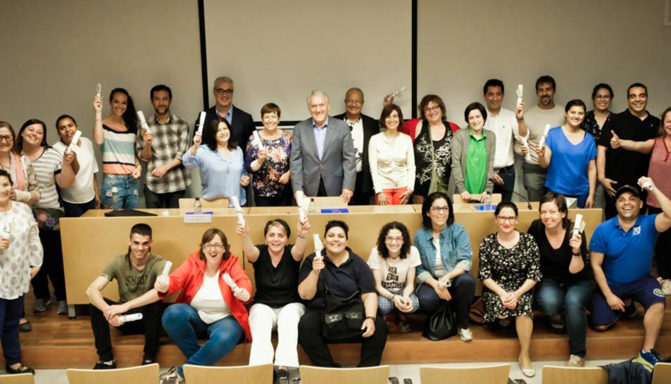 Els alumnes dels cursos de formació van rebre els diplomes de la mà de l'alcalde, Josep Poblet, i la regidor de Formació i Promoció Educativa, Àngels Poblet.