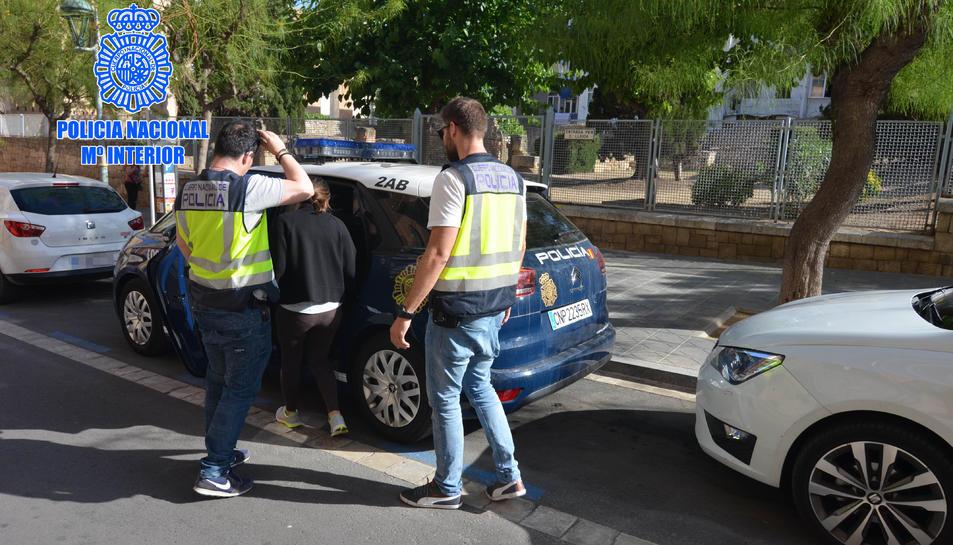 Dos agents s'enduen una detinguda acusada de pertànyer a un grup d'explotació sexual.