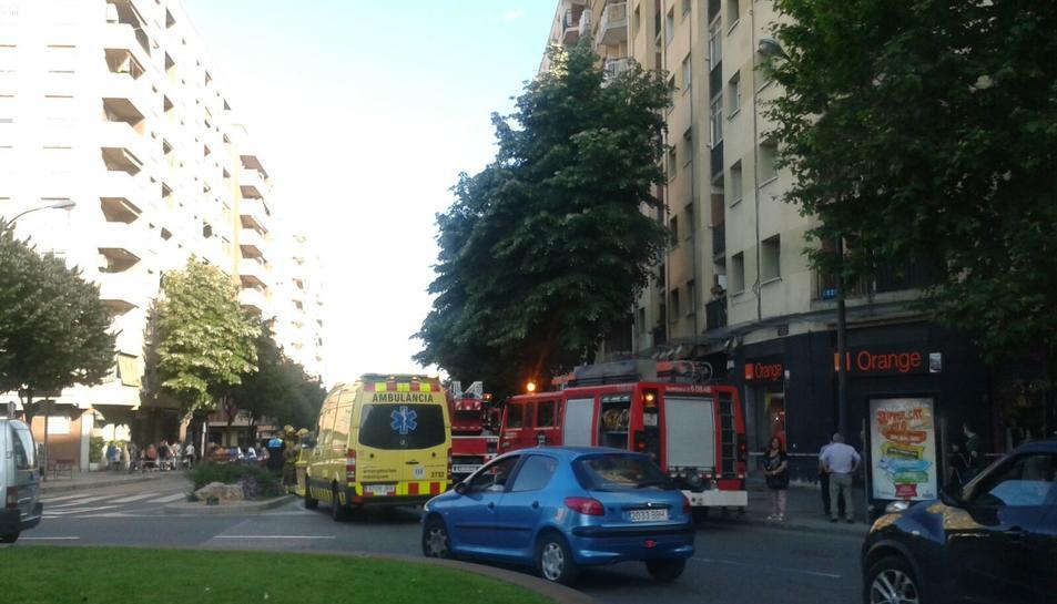 Imatge dels vehicles de Bombers a l'avinguda Vidal i Barraquer de Reus.
