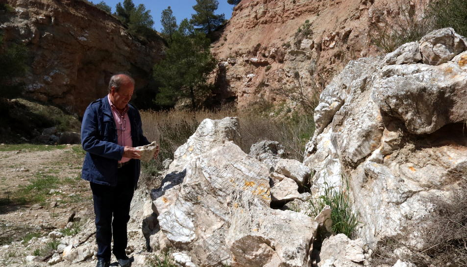 L'alcalde de Sarral, Josep Amill, amb un tros d'alabastre a les mans en una antiga pedrera abandonada del terme. Imatge publicada el 5 de juny del 2018