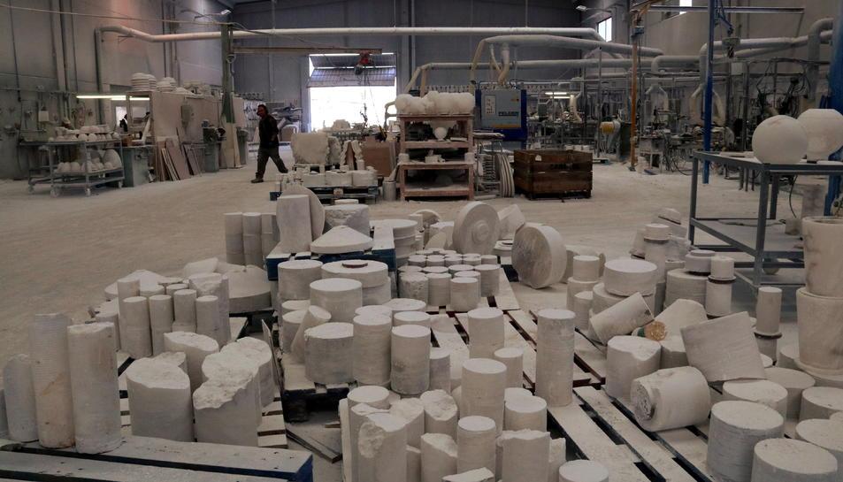 Pla general d'una empresa dedicada a la indústria de l'alabastre, el taller, Alabastres Alfredo de Sarral, i de la gran quantitat de material que es treballa a la nau. Imatge publicada el 5 de juny del 2018