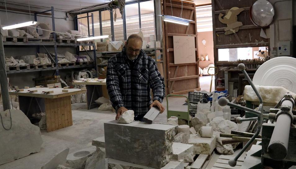 El responsable del Museu de l'Alabastre de Sarral, Isidre Magre, al seu taller on treballa de forma artesanal aquest mineral. Imatge publicada el 5 de juny del 2018