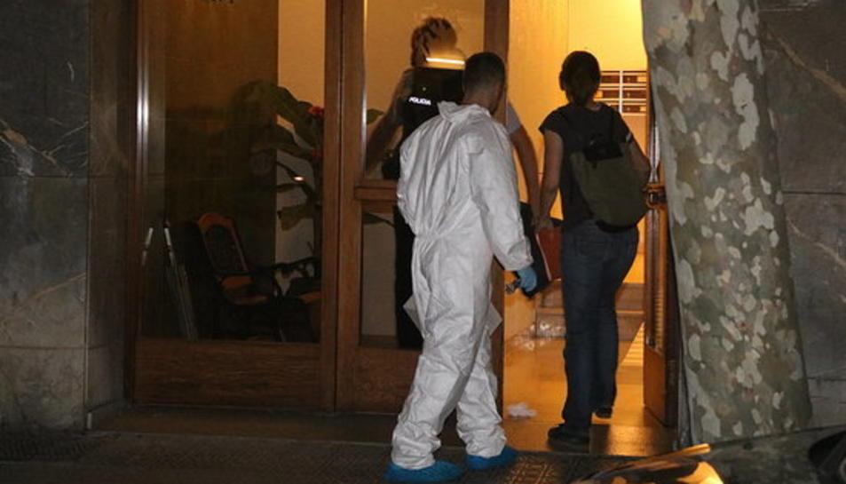 Dos agents de la policia científica entrant a l'habitatge de Vila-nova on es va trobar el cos sense vida de la nena.