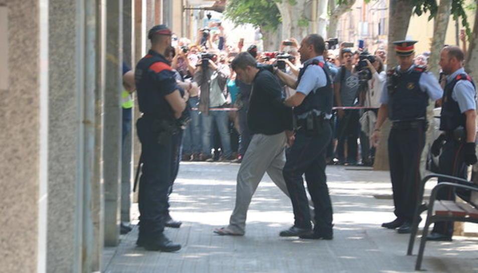 Pla obert del moment en què els Mossos d'Esquadra porten el detingut pel crim de la menor de 13 anys de Vilanova i la Geltrú fins el seu domicili per reconstruir els fets.