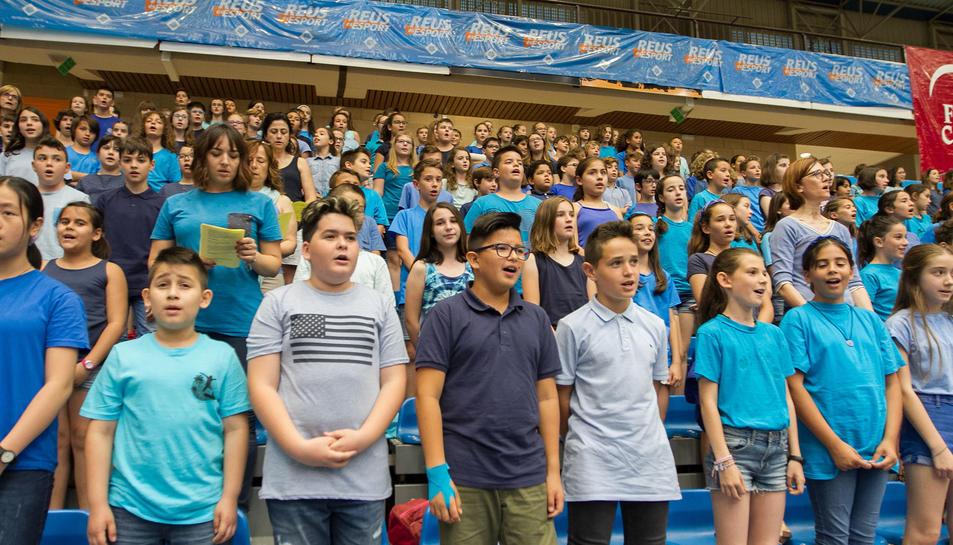 Els nens i nenes cantant la cançó al