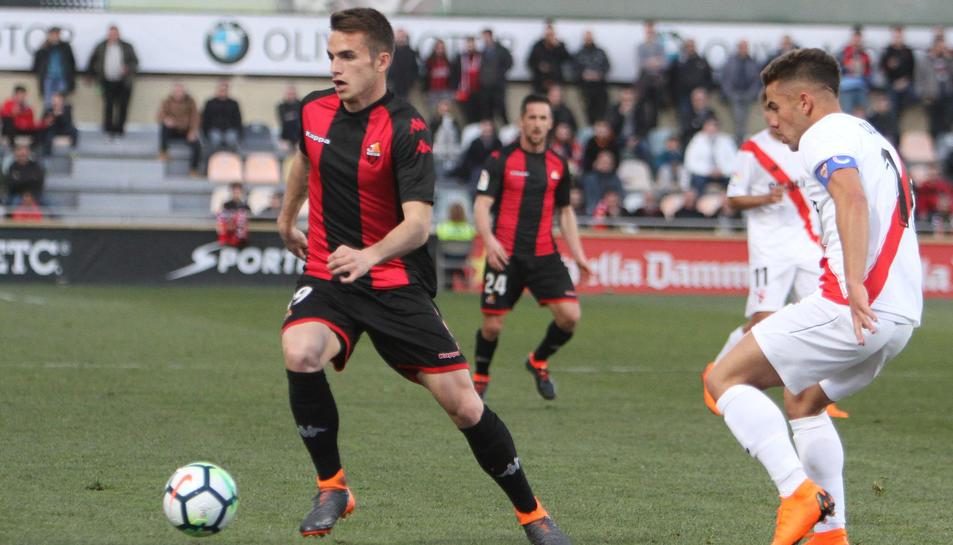 Àlex Carbonell condueix una esfèrica durant el duel que va disputar el Reus a casa contra el Sevilla Atlético.