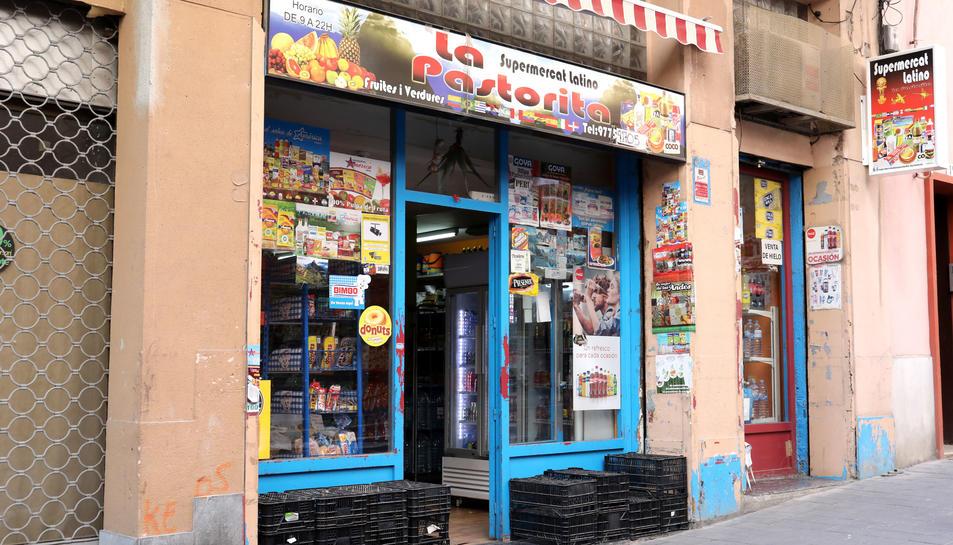 El Supermercado Latino la Pastorita es troba al carrer Soler i està especialitzat en productes d'origen llatinoamericà.