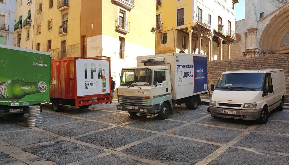 Camions i furgonetes estacionades a la plaça de les Cols, una imatge habitual a la Part Alta.