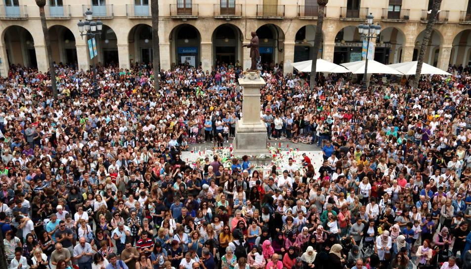 Milers de ciutadans omplen la plaça de la Vila de Vilanova en record de la menor assassinada