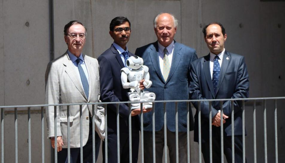 D'esquerra a dreta, Julio Molinario, president de la Fundació Ave Maria; Jainendra Shukla, autor de la tesi; Antoni Reverter, membre del patronat de la fundació i l'investigador i director de la tesi, Domènec Puig.
