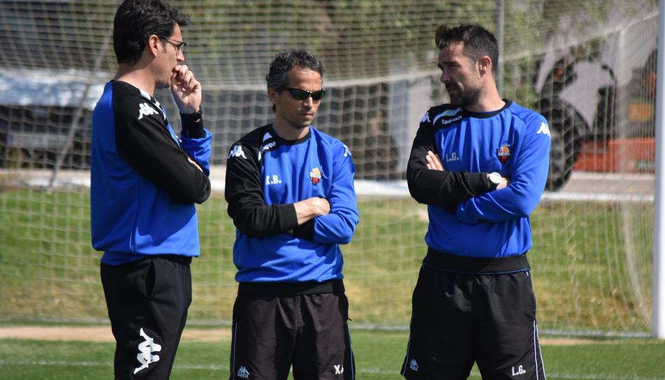 Al centre de la imatge, Xavi Bartolo i, a la dreta de la fotografia, Aritz López Garai, actual primer entrenador del Reus.