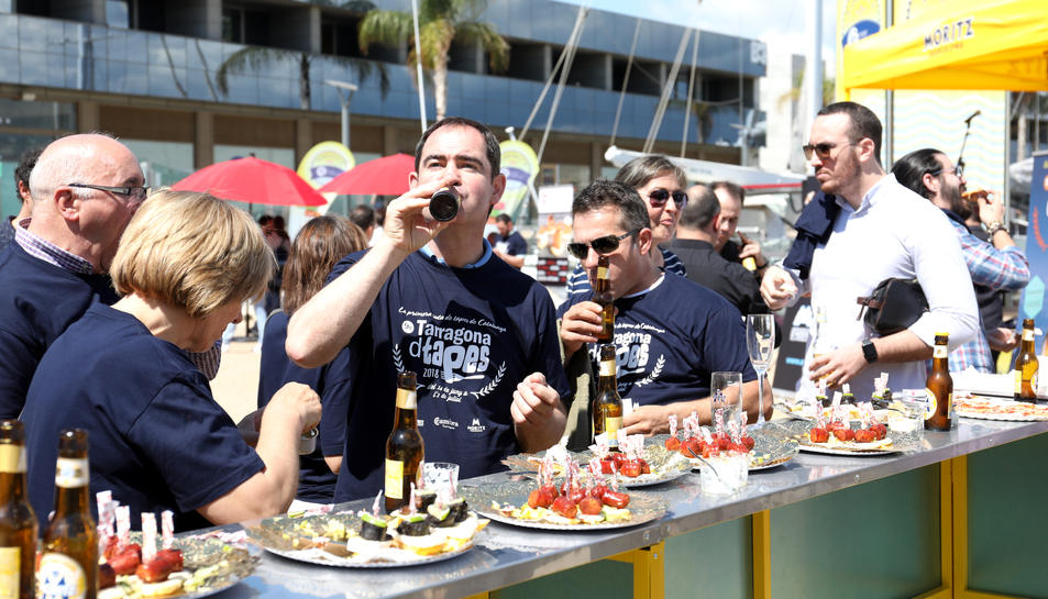 Restauradors i organitzadors en la presentació del Tarragona dTapes a la Marina Tarraco.