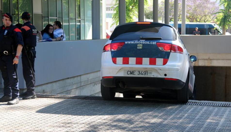 L'instant en què el detingut pel crim de la nena de 13 anys de Vilanova i la Geltrú arriba als jutjats dins un vehicle dels Mossos d'Esquadra.