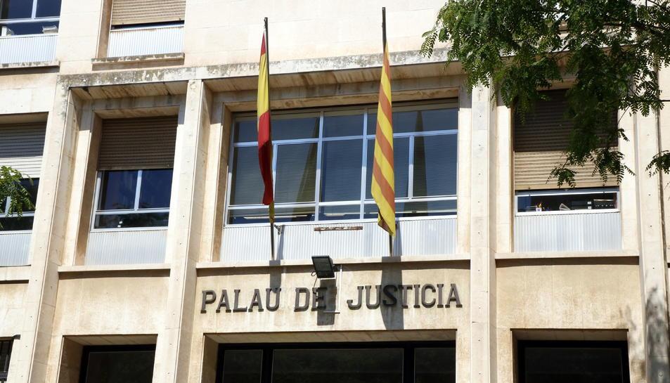 Pla tancat de la façana de l'Audiència de Tarragona.