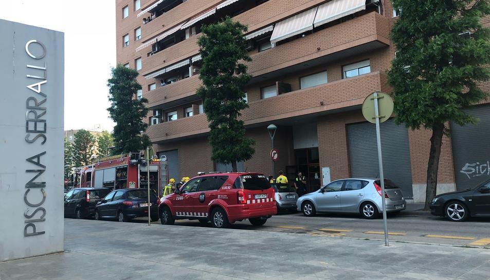 Quatre dotacions de Bombers s'han desplaçat a l'edifici del carrer Josep Català Rufà.