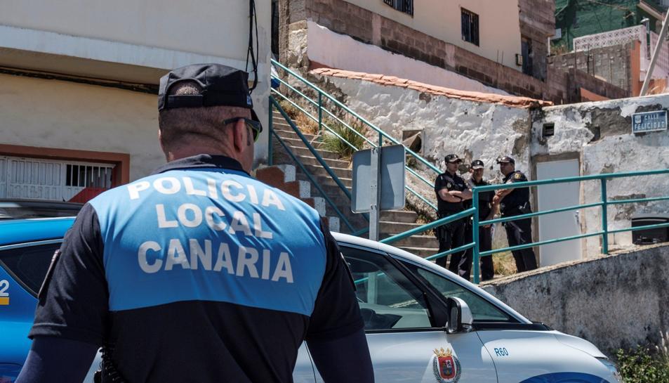 Agents de la Policia Local de Las Palmas al lloc dels fets.