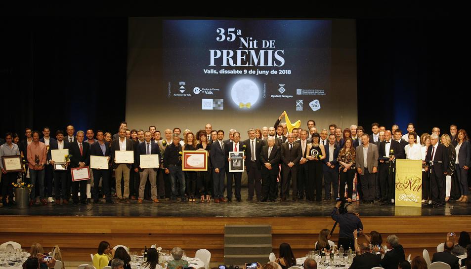 Fotografia de tots els premiats en la 35a edició de la Nit de Premis que Valls va viure dissabte al Centre Cultural.