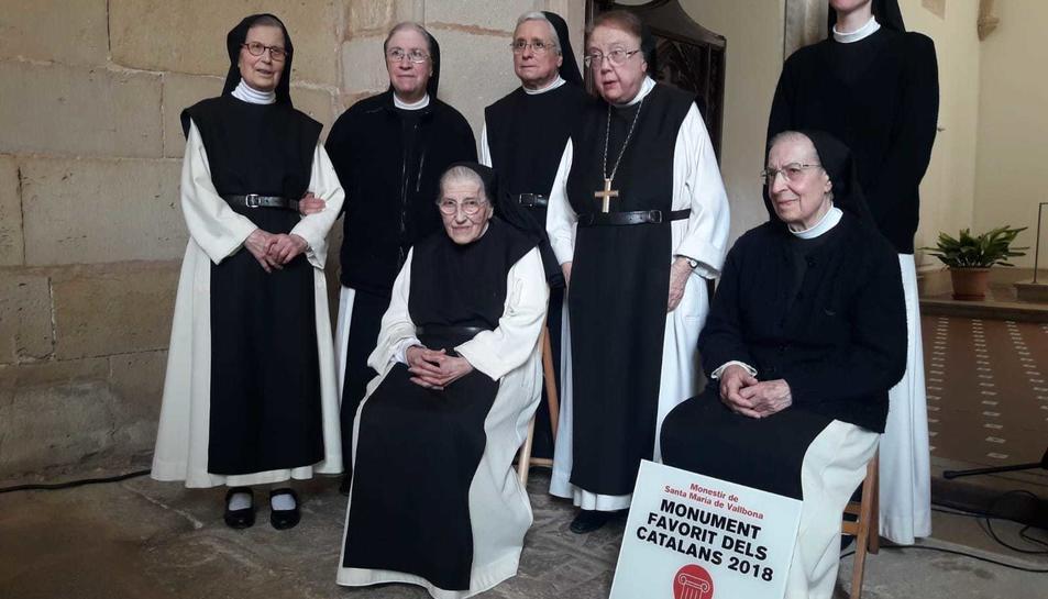 Les monges de la comunitat de Vallbona amb el títol del Monument favorit 2018.