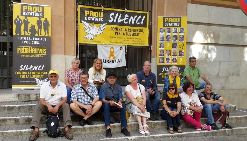 Imatge de la protesta d'aquest dilluns a la porta de la parròquia de Sant Pau, davant el Palau de Justícia.