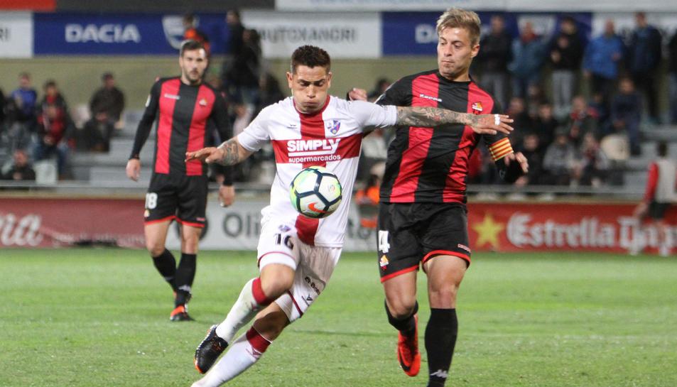 El central Jesús Olmo, durant una acció del partit Reus-Huesca de la temporada recentment finalitzada.