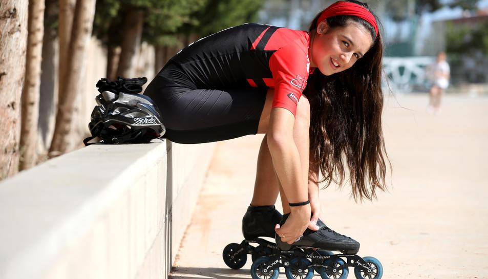 Júlia Espín es col·loca els patins a les instal·lacions del Club Gimnàstic, on hi ha una petita recta on ella i la resta de companys poden practicar, tot i que amb moltes limitacions.
