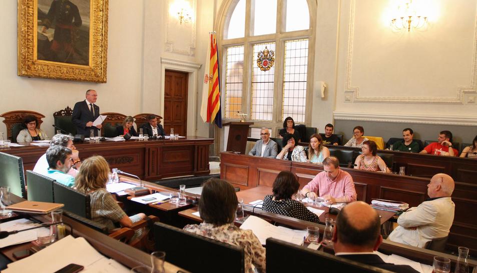 Un instant del ple que es va celebrar ahir i on es va aprovar per unanimitat la moció de PSC, Cs i PP.