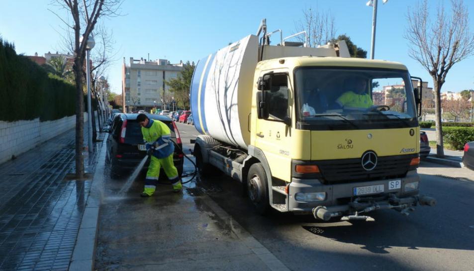 Imatge d'arxiu d'un dels vehicles de neteja de l'empresa Urbaser a Salou.