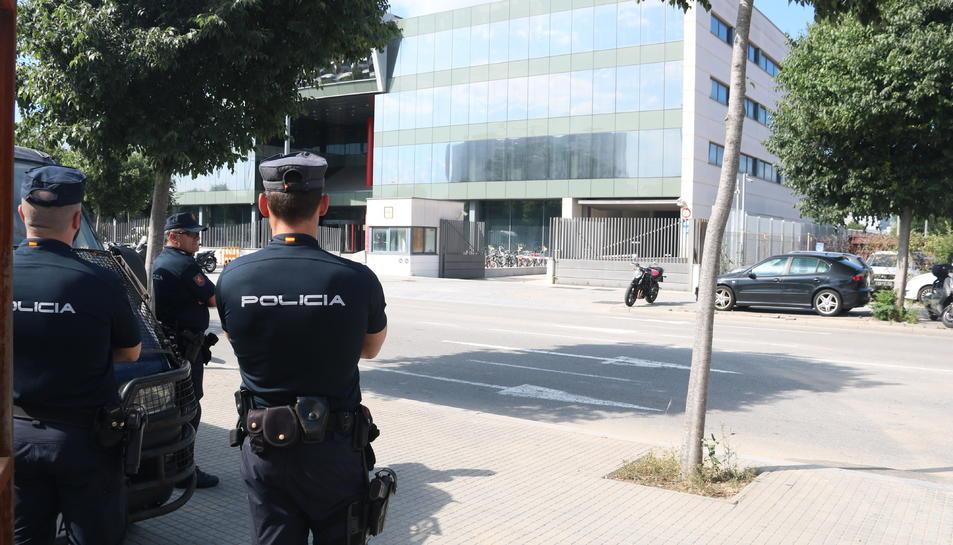 Agents de la policia espanyola, el 12 de juny del 2016 davant de la seu del CTTI.