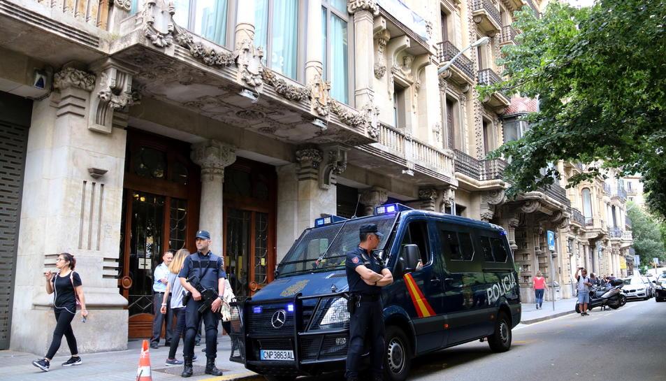 Una furgoneta de la policia espanyola davant la seu del Departament d'Economia just després d'acabar el registre.