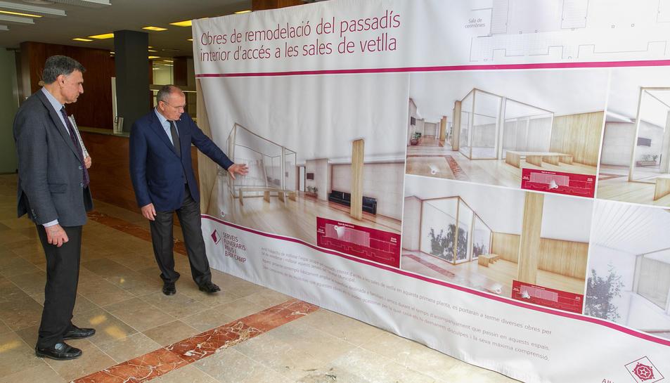 Joaquim Enrech i Carles Pellicer mostren una recreació del resultat dels treballs al tanatori.