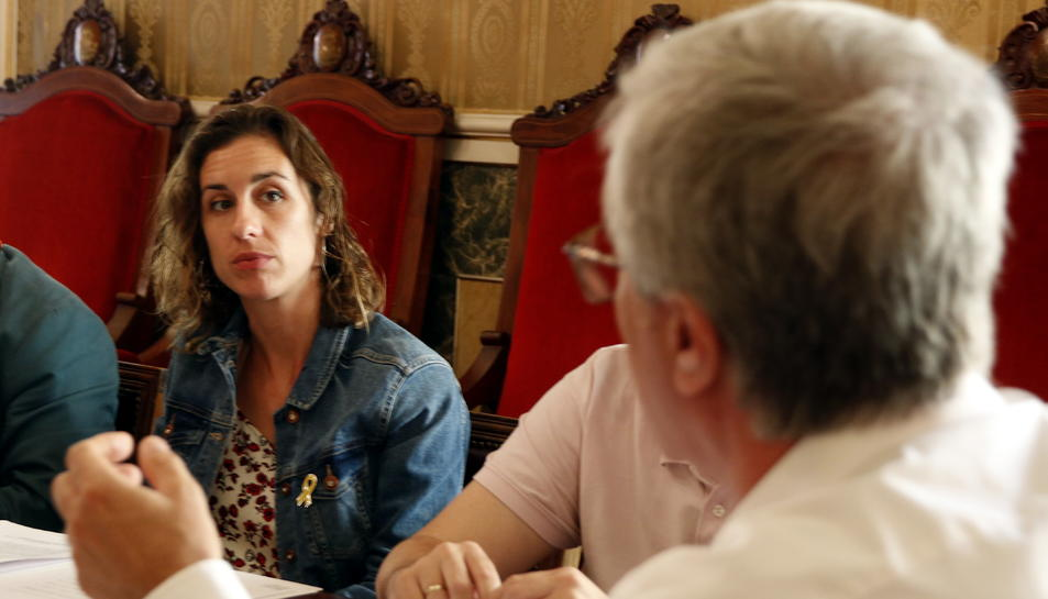 Pla mig de la regidora de la CUP de Tarragona, Laia Estrada, durant la reunió de la Junta de Portaveus del 13 de juny, amb l'alcalde Ballesteros, d'esquenes i desenfocat, en primer terme