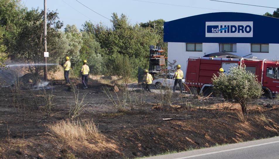 Imatge dels Bombers treballant per extingir l'incendi.