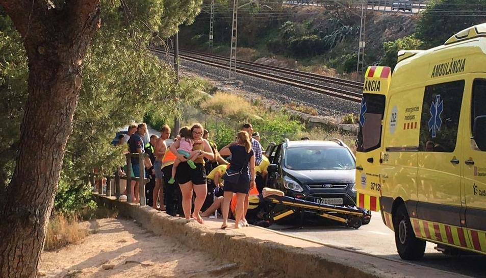 Un cotxe desfrenat ha atropellat a tres persones a l'entrada de Cala Romana.