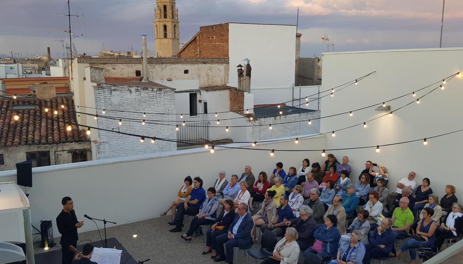 El 'Dúo Frassegio' a un terrat del carrer del vent.