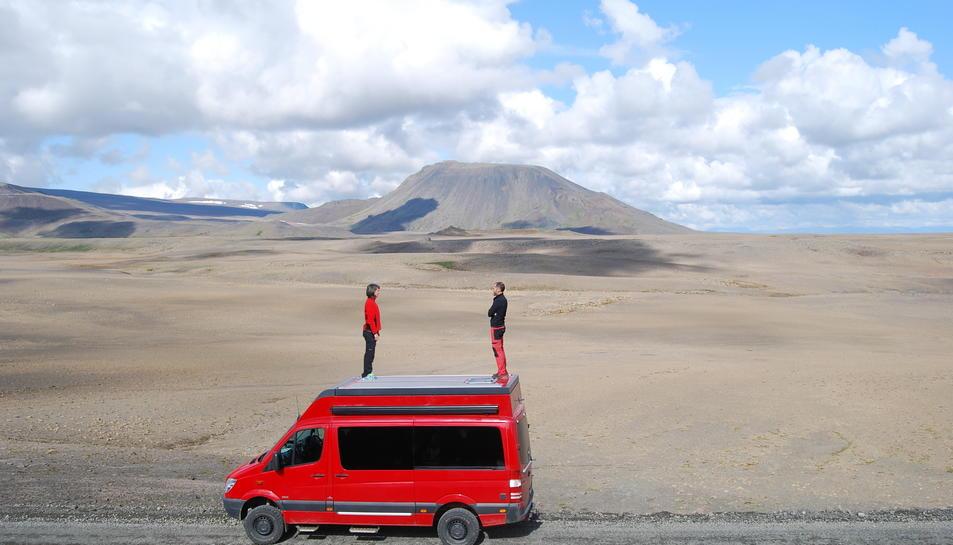 Serena Puig, Marc Antillach i la furgoneta, amb el volcà Skjaldbreidur, al fons, a Islàndia.