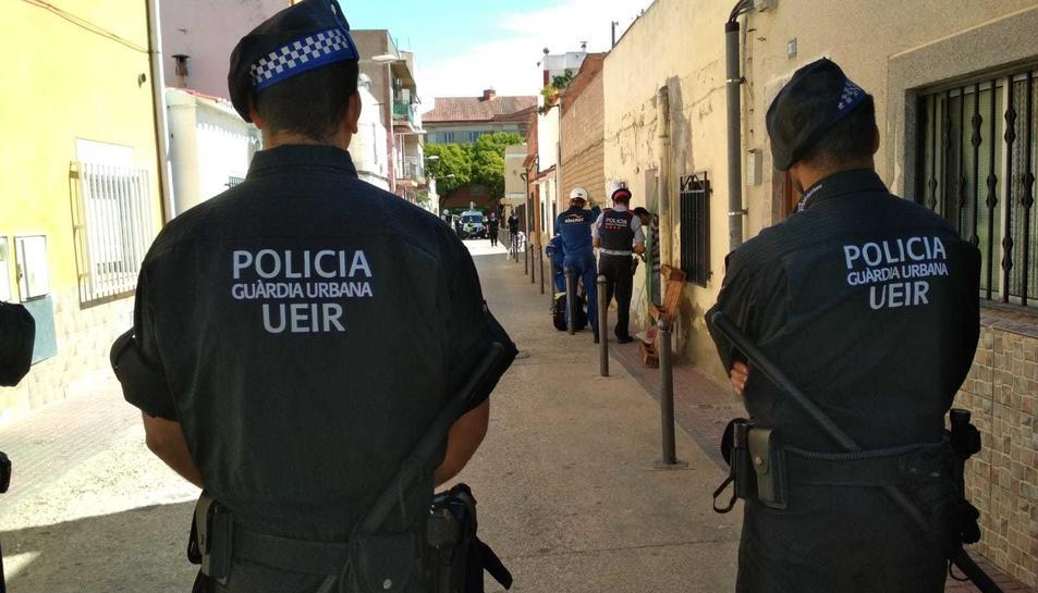 Agents, al carrer Passatge de la Mare de Déu de la Cabeza.