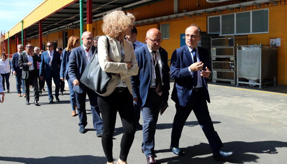 Pla general de directius de Bic Graphic i d'autoritats en una visita a les noves instal·lacions de la fàbrica de Tarragona.