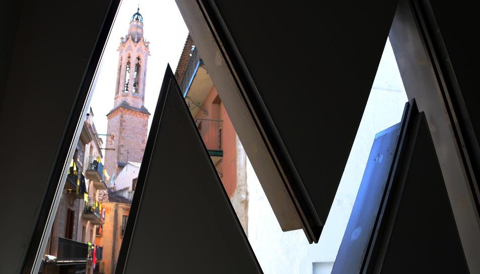 Pla mig des de l'interior del Museu Casteller amb el campanar vallenc en darrer terme.
