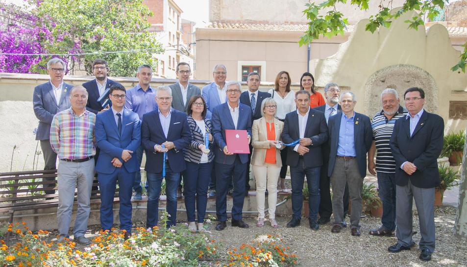 L'alcalde de Tarragona amb els alcaldes i regidors de les seus tarragonines dels JOcs.