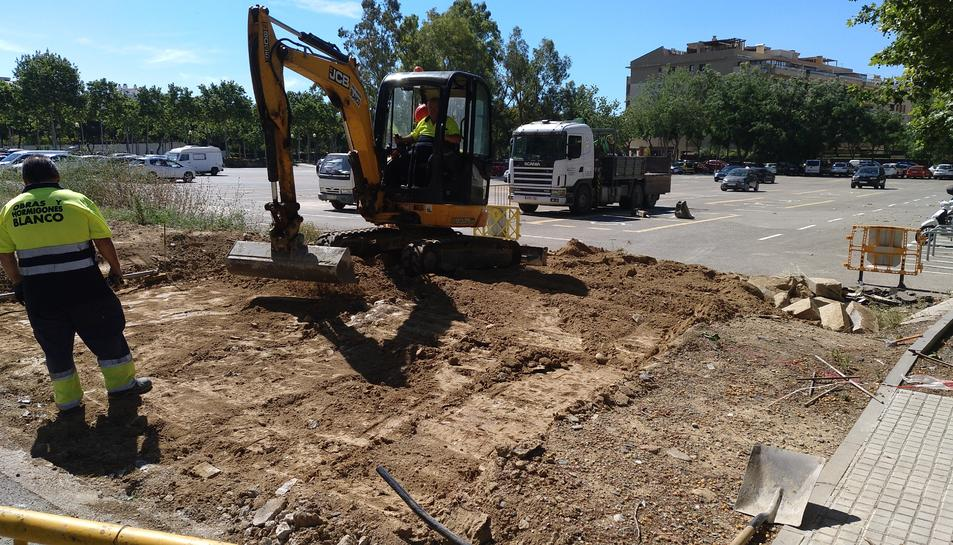 L'empresa APARCAM està construint una nova rampa d'accés a l'aparcament pel carrer Tramuntana.