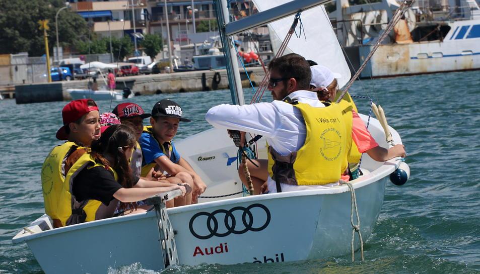 Alumnes de l'escola Arjau de Vilanova i la Geltrú en plena classe de navegació del programa Esport Blau Escolar, instruïts per un monitor.