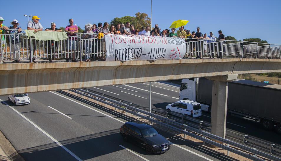 Imatge de l'acte de suport a les persones encausades celebrat ahir a sobre de l'A-7.